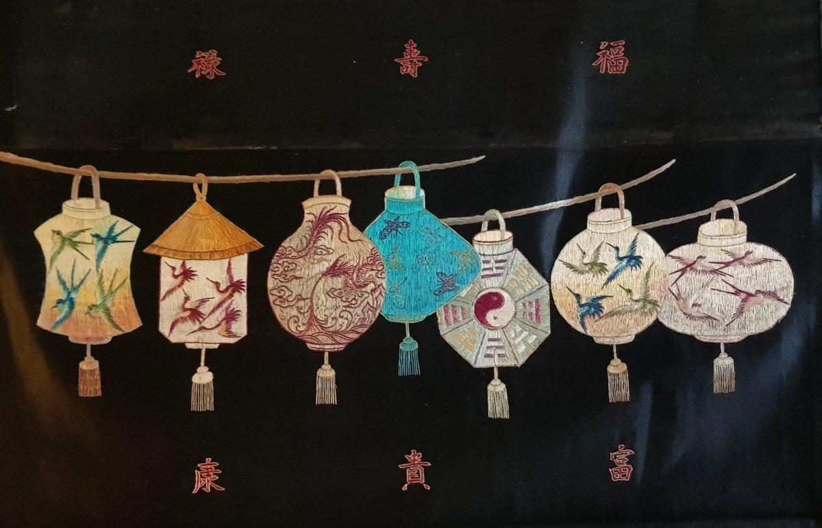 Panneau Brodé Broderie Chinoise Aux 7 Lanternes Et Symboles Auspicieux Dynastie Qing