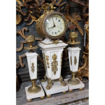 Petite Garniture De Cheminée Ou De Commode En Marbre Et Bronze Doré Avec Pendule Et Bougeoirs