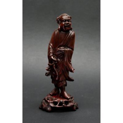 Ancien  Figure Chinois d'un Immortal en bois sculpté tenant un chauve souris