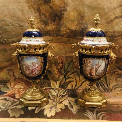 Paire De Vases Couverts Porcelaine