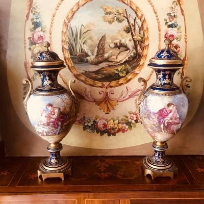 Paire De Vases En Porcelaine De Sèvres.