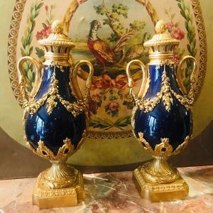 Paire De Vases Couverts En Bronze Et Porcelaine