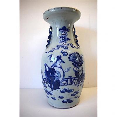 Vase Porcelaine de Chine Céladon Blanc Bleu  XIX ème  Décor de Trois Personnages Asie Chinois