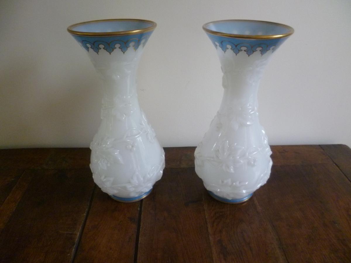 Paire De Grands Vases en Opaline à décor de pampres de Vigne
