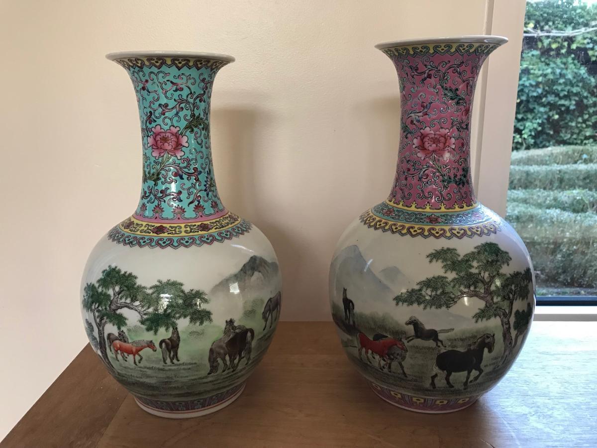 Paire de vases en porcelaine de Chine Décor aux chevaux