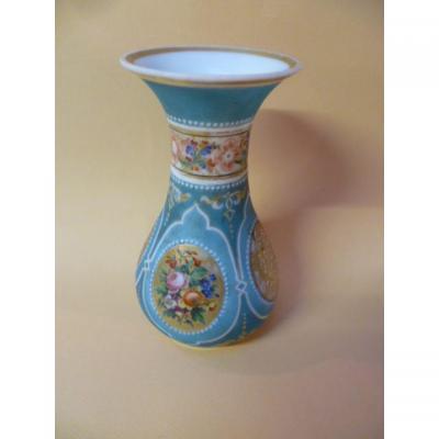 Vase en Opaline à décor De Fleurs Sur Fond Bleu