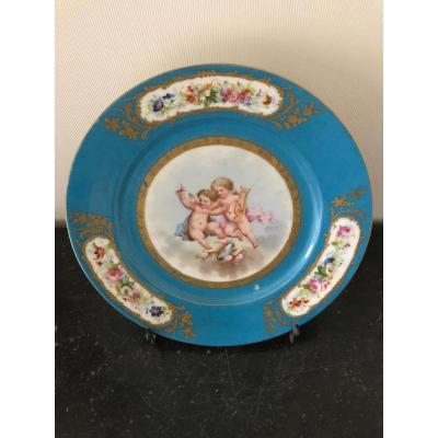 Sèvres - Assiette en porcelaine à fond bleu céleste