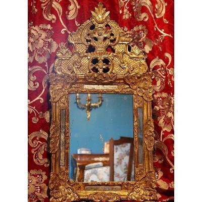Miroir Régence à Parcloses Et Fronton . Bois Sculpté Et Doré. XVIIIe.