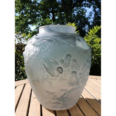 Muller Frères Lunéville. Vase En Verre Pressé-moulé Et Teinté Bleu à Décor d'Oiseaux En Relief.