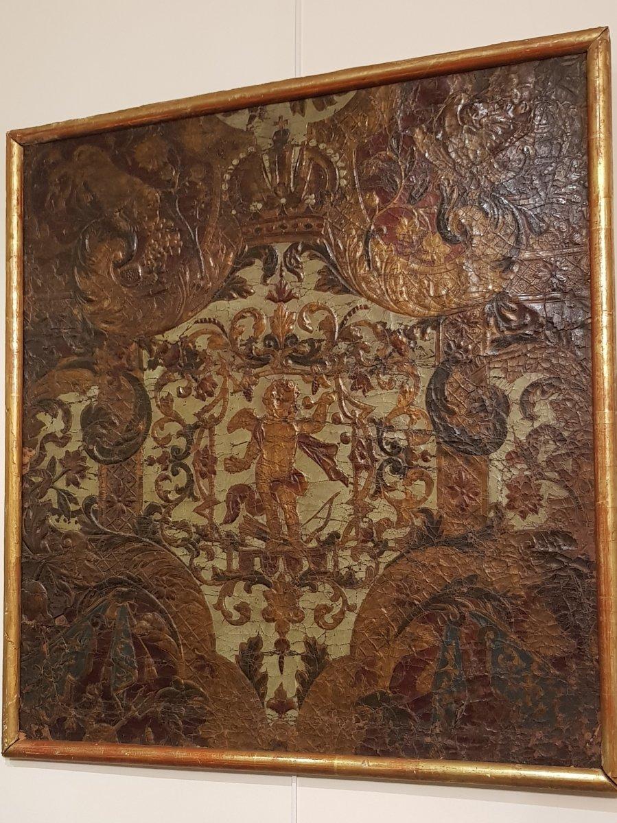 Fragment De Cuir Gaufré à Décor De Putti XVIII ème