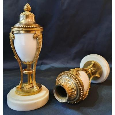 Paire De Cassolettes De Style Louis XVI Formant Bougeoirs En Marbre Blanc Et Bronze Doré Début