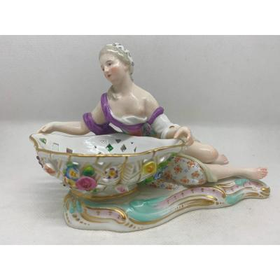 Meissen - Figurine d'une dame allongée.