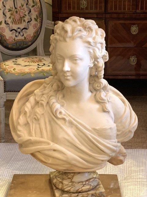 Grand Buste D'une Jeune Femme De Qualité,  En Marbre De Carrare.