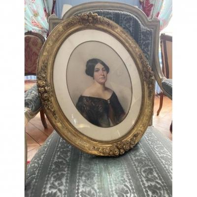 Portrait de femme dans un bel encadrement à motifs de roses