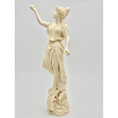 Ivoire de Dieppe sculpture déesse néoclassique une Victoire ailée de style Mythologique d'époque XIXeme  Hauteur 25 cm