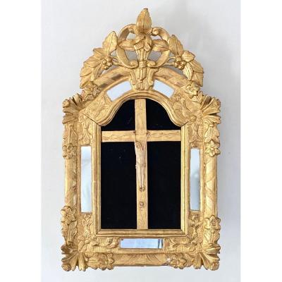 Crucifix à parclose cadre en bois doré et sculpté époque Louis XV Régence