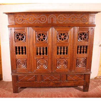 17 ° Century  Breton Wardrobe Or Cupboard  In Oak Turning In Boxwood