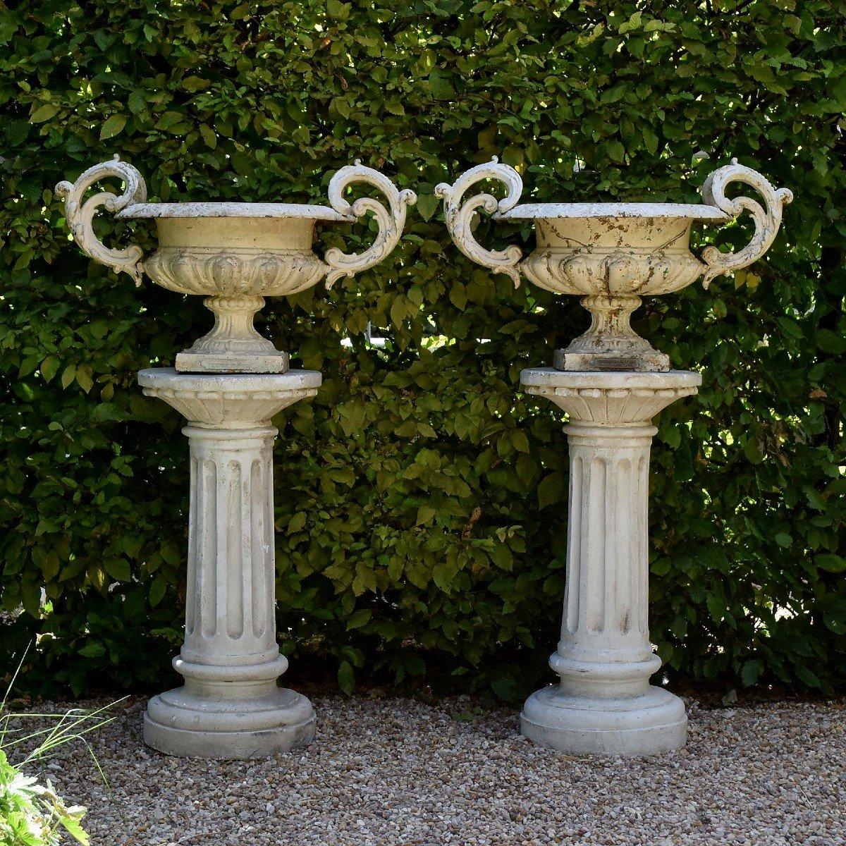 Grande paire de vases modèle Chambord Val d'Osne sur colonnes