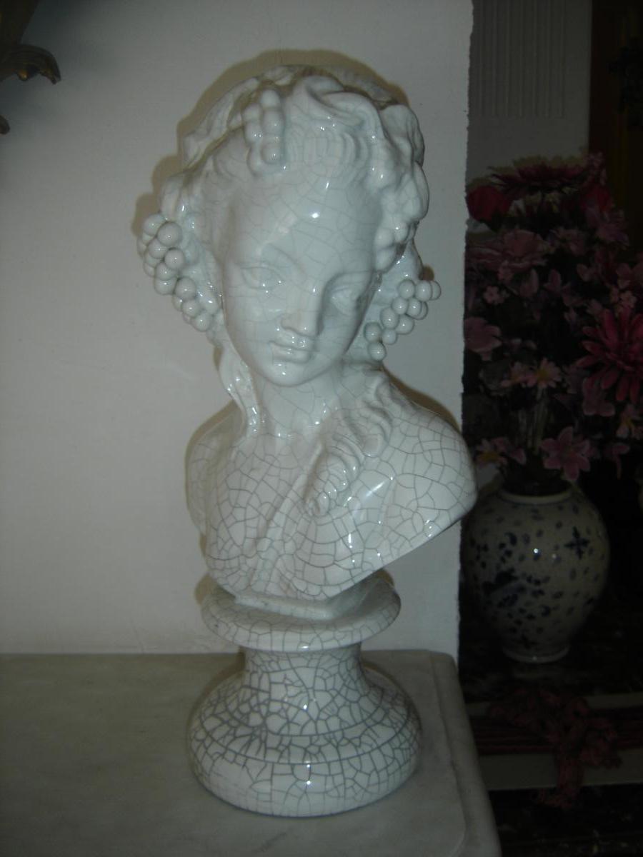 Buste Ancien Représentant Une Jeune Fille En Faience Craquelé