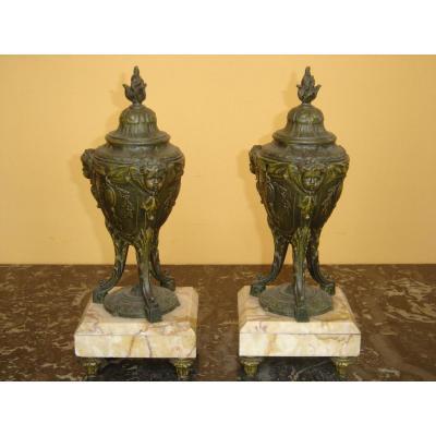 Paire D 'urnes En Régule Et Marbre A Décor d'Angelots 19eme