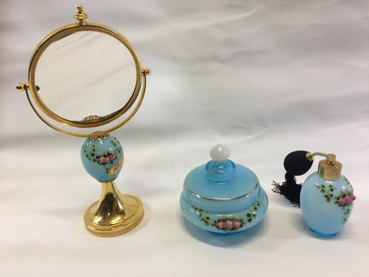 Ensemble De Toilette Trois Pièces En Opaline laiteuse de couleur Bleu Ciel Peint à La Main