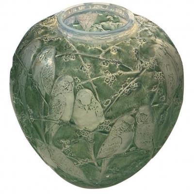 """René Lalique (1860-1945) Vase """"Perruches"""" Patiné Vert"""