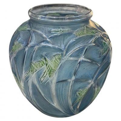 """René Lalique (1860-1945) Vase modèle  """"Sauterelles"""""""
