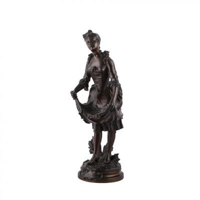 Une Statue de Femme en Bronze