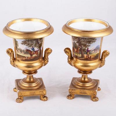 Une Paire De Vases En Porcelaine
