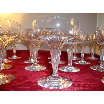 17 Coupes à Champagne Cristal Baccarat