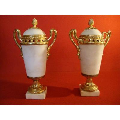 Paire De Vases Couverts En Marbre Blanc Et Bronze Doré