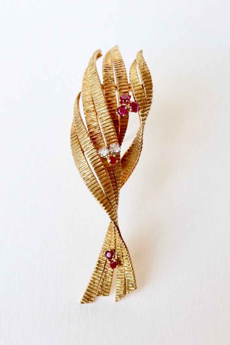 Stylized Foliage Brooch In 18k Yellow Gold Decorated With 6 Rubies And Two Diamonds