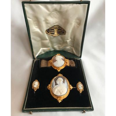Set in yellow 18 carats and cameo Froment Meurice very rare in its case in original shape, late nineteenth century gross weight of the adornment: 27.7 gFrench work Size earrings: 2.3 cm height by 3.4 cm wide Bracelet: 5 x 4.8 cmBrooch: 5.5 cm high x 4.8 cm wide