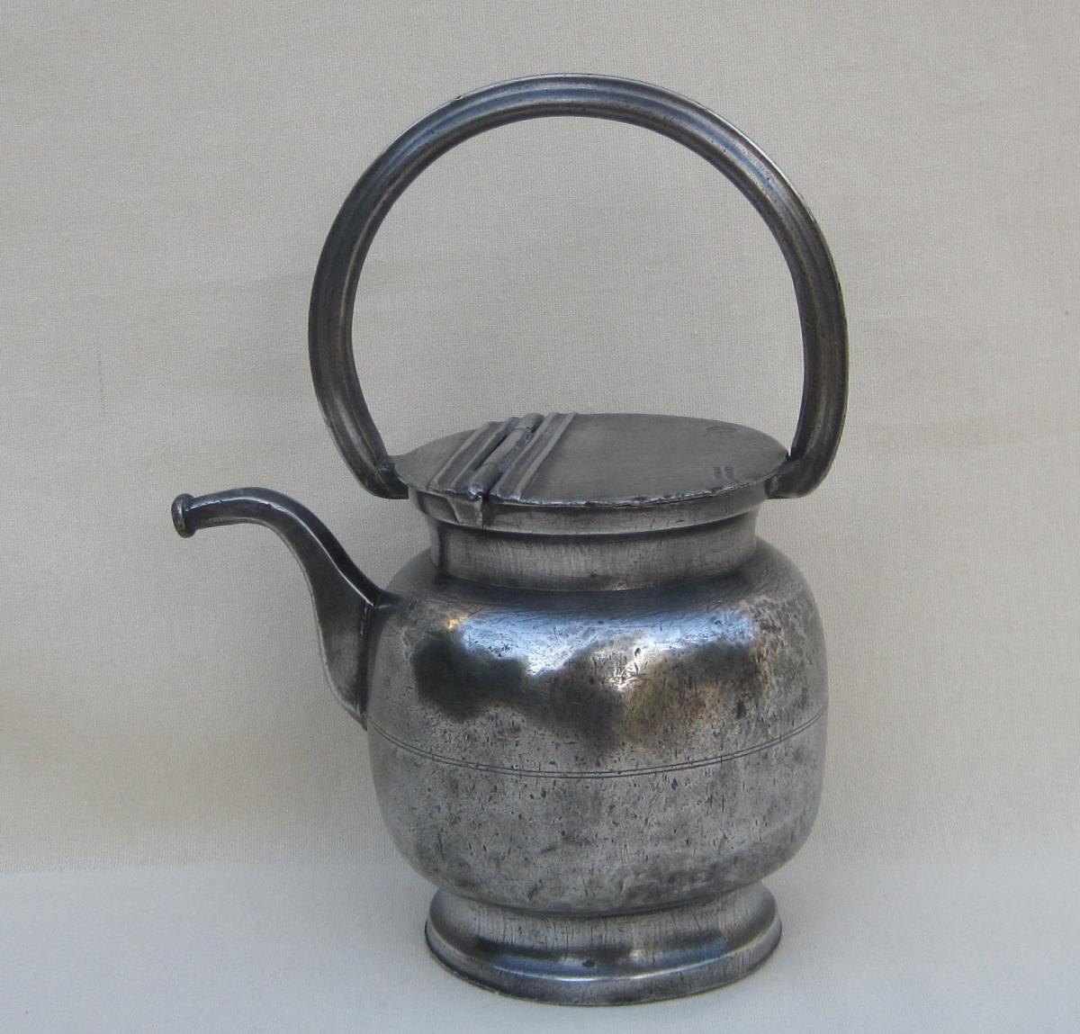 Dourne à huile, en étain. DUMAS à Nîmes. XIXe s.