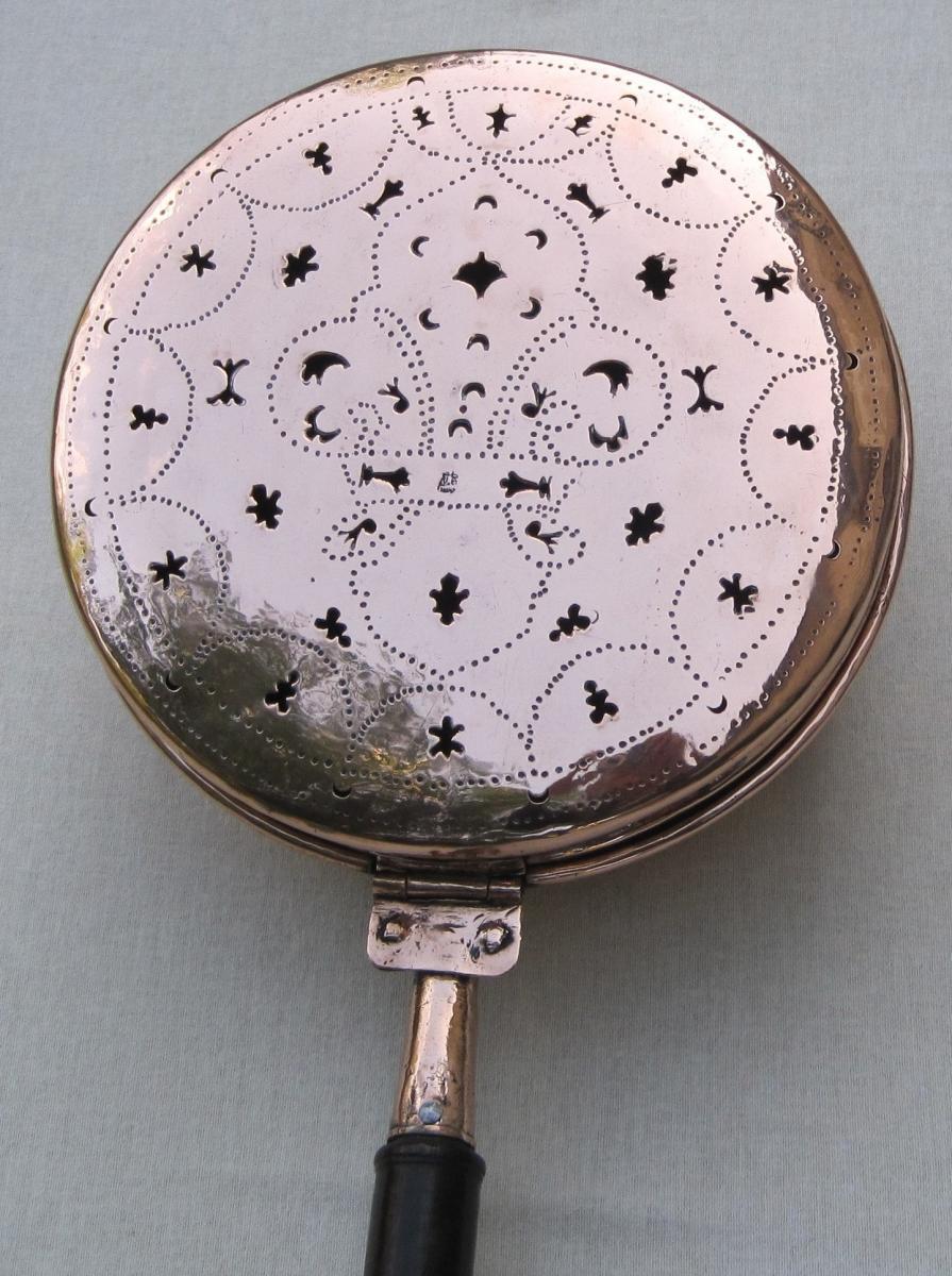 Bassinoire en cuivre. Décor d'une fleur de lys. XVIIIe s.