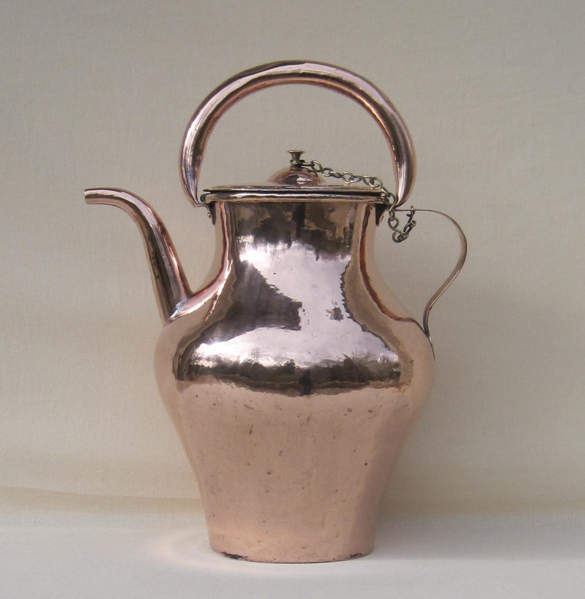 Cruche à huile, en cuivre. Fin XVIIIe-début XIXe.
