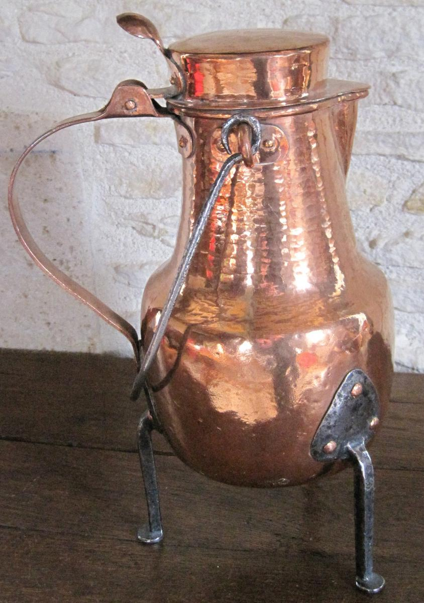 Coquemar en cuivre, pieds fer forgé. XVIIIe s.