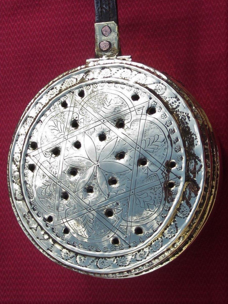 Bassinoire en laiton. Millésime 1653. Décor d'une étoile à 6 branches.