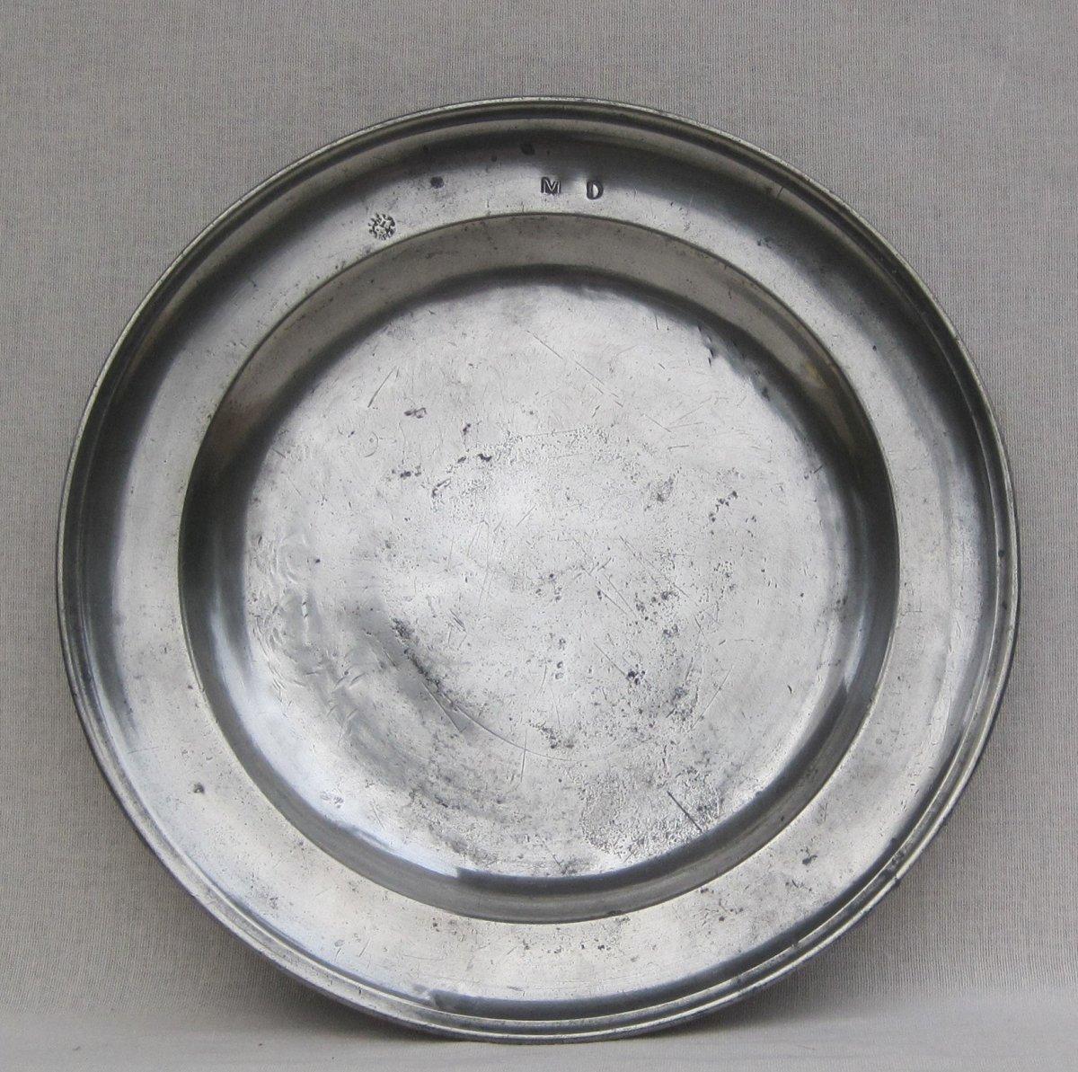 Plat en étain, rond, à bord mouluré. 31,1 cm. ARGENTAN. XVIIIe s.