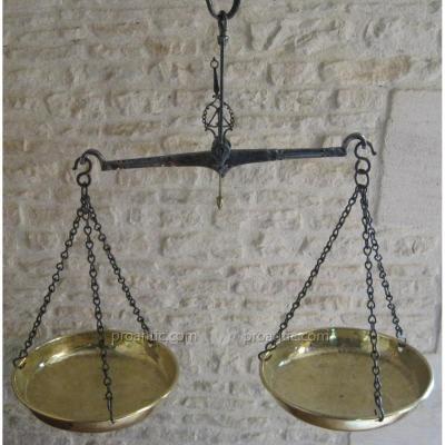 Balance en laiton et fer forgé. XVIIIe s.