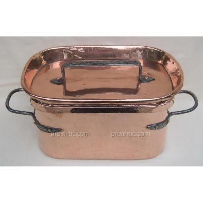 Braisière en cuivre. L : 45 cm. XVIIIe s.
