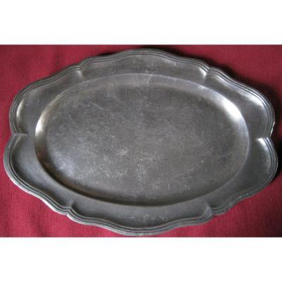 Plat ovale, en étain. L.46.5 cm.Poinçon de maître. XVIIIe s.