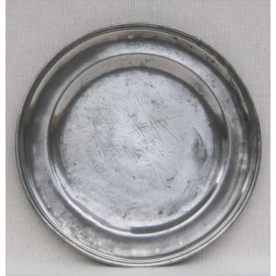 Assiette en étain, ronde, à bord mouluré. LISIEUX. XVIIIe s.