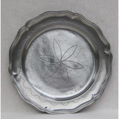 Round Pewter Dish With Scalloped And Molded Edge. Late 18th-early 19th Century.