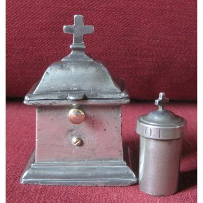 Coffret en étain, à une burette, pour l'huile des malades. Étains religieux. XVIIIe s.