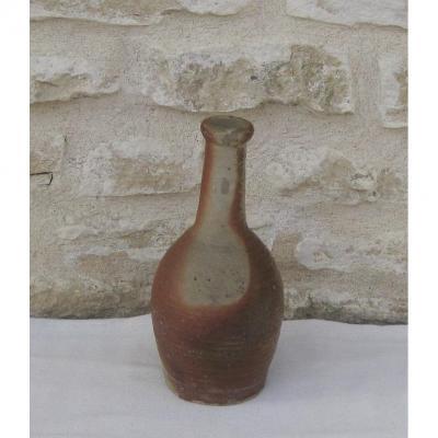 Poterie. Petite bouteille en grès. 17,5 cm. LA PUISAYE. XIXe s.