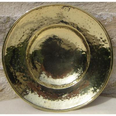 Assiette creuse, en laiton. XVIIe s.