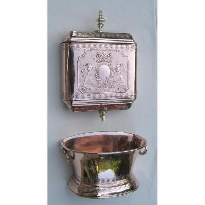 Fontaine murale en cuivre. Décor de lions et couronne de marquis. NORMANDIE. XIXe s.