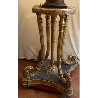Piédestal en bois sculpté doré