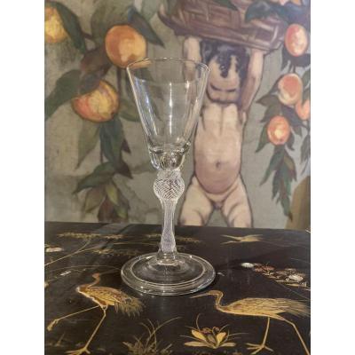 Un Rare Verre à Vin Soufflé, décor filigrané . 1760 Environ